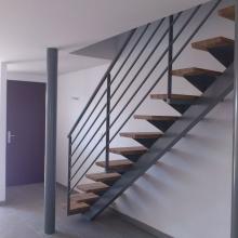 escalier-en-metal-gris